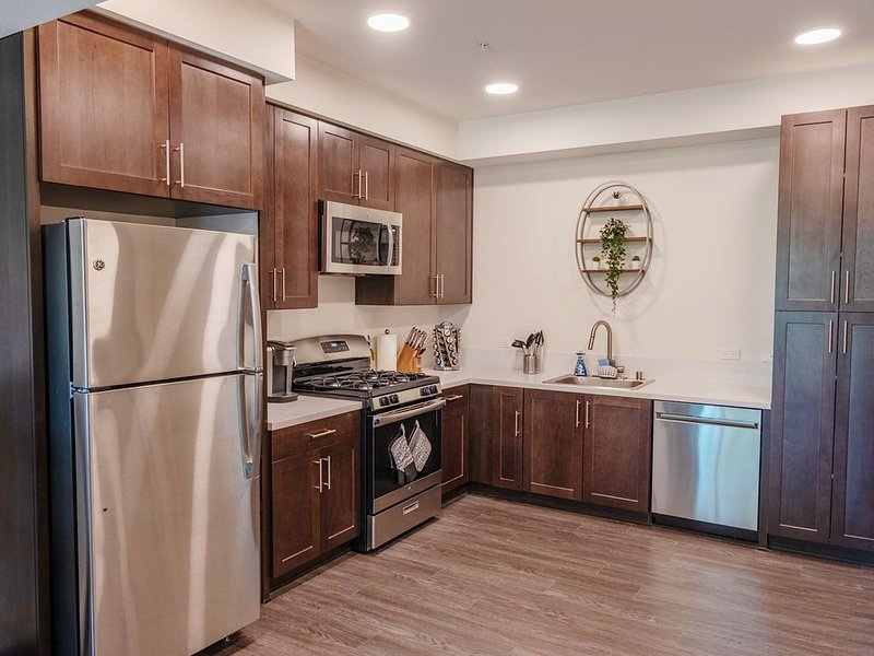 LUXURY APARTMENT WITH KING BED AND FULL AMENITY ACCESS, holiday rental in Simi Valley