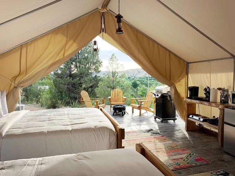 Glamping Tent #5 at East Zion Resort (Two Queen Beds), aluguéis de temporada em Glendale