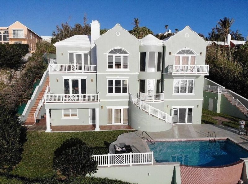 Luxurious 4 Bedroom Oceanside house with pool, holiday rental in Sandys Parish