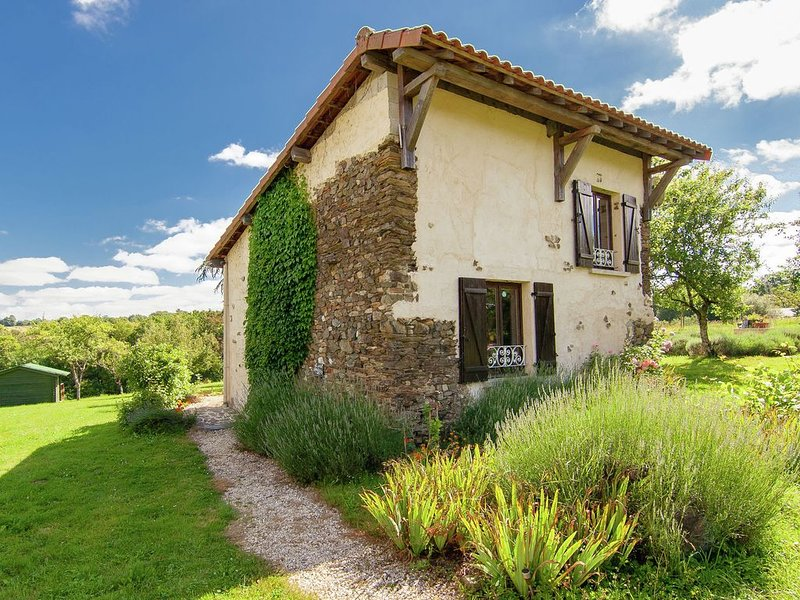 Stylish Cottage in Savignac-Lédrier with Terrace, vacation rental in Segur-le-Chateau