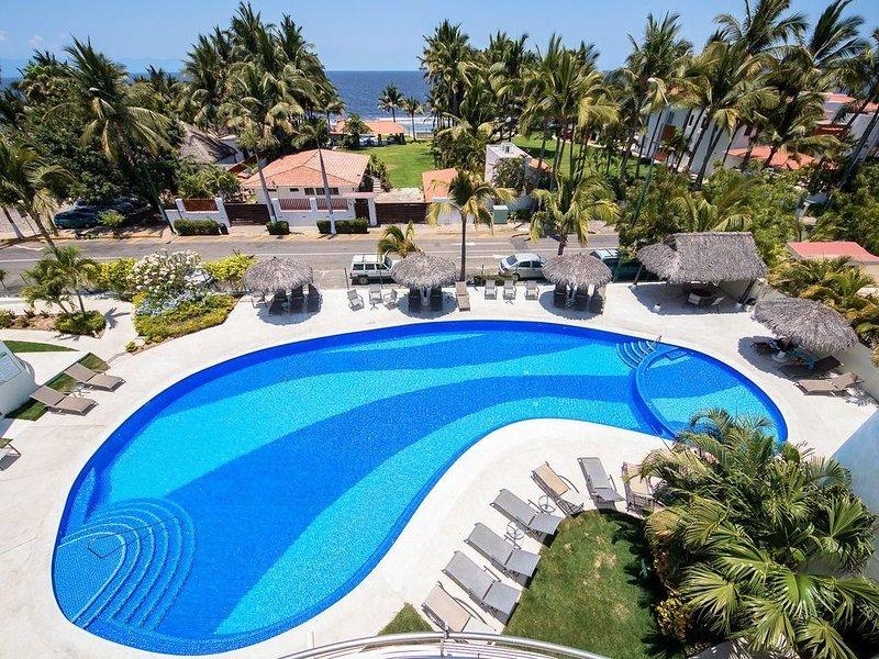 Large 2 Bedroom Beach View Nitta- Sleeps 6, Steps to Ocean, holiday rental in Nuevo Vallarta