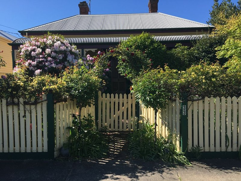 'Jacaranda Cottage' Victorian Cottage in prime position.  Free Wifi. Free linen, holiday rental in Colac