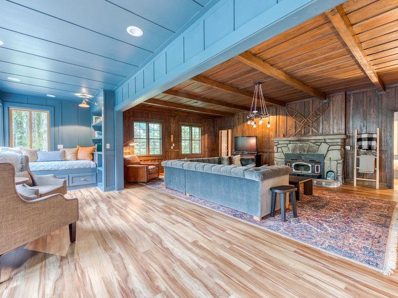 Classic dog friendly riverfront cabin w/private hot tub & wood-burning fireplace, aluguéis de temporada em Rhododendron