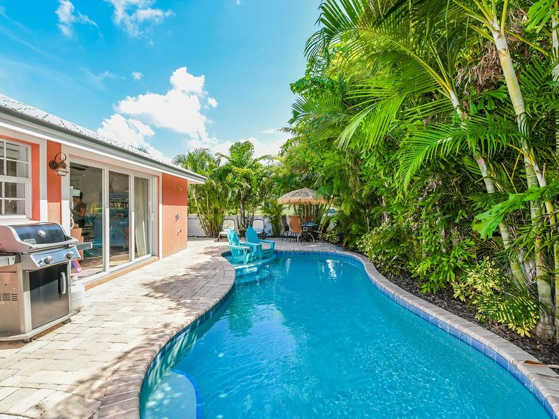 Charming Cottage, just one block off beach with private pool. Come stay awhile!, alquiler de vacaciones en Holmes Beach