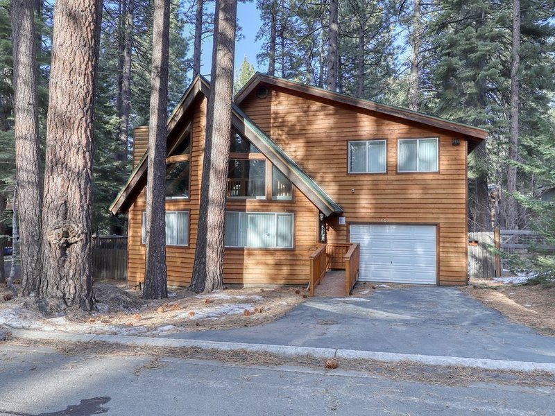 New listing! Mountain cabin w/ hot tub - close to skiing, hiking, & golf, vacation rental in South Lake Tahoe