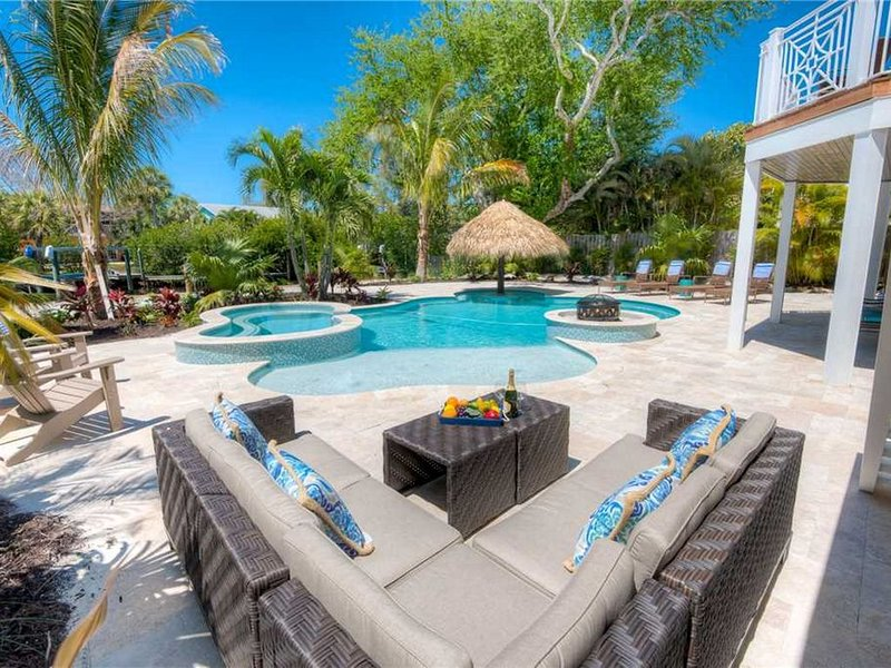 Spacious 5 bedroom, canal front luxury home with private Pool and Spa!, vacation rental in Anna Maria