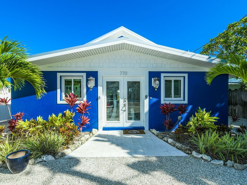 Adorable Beach cottage just steps Bean Point beach! Great Pool, amazing Location, holiday rental in Anna Maria
