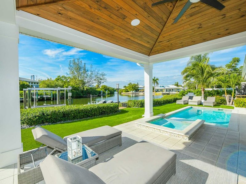 Stunning Canal front Luxury home! Beautiful tropical backyard Pool and Spa!, holiday rental in Anna Maria