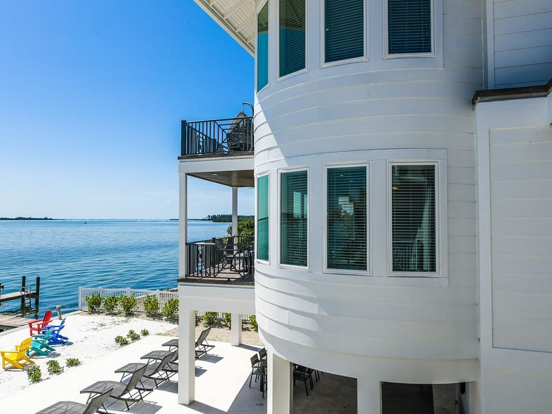 Fantastic Water Front Luxury home! Dock, A+ views, SwimSpa, and near the beach!, alquiler vacacional en Bradenton Beach