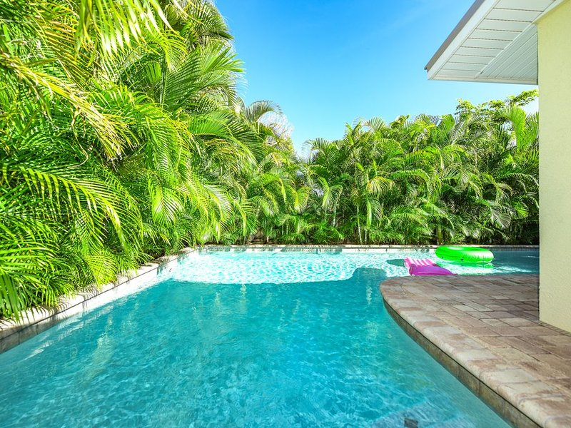 Great Cottage with private pool, so close to beach!, holiday rental in Holmes Beach