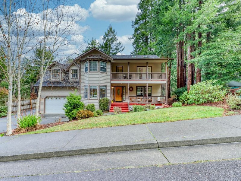 Upscale home w/ full kitchen, game room, private deck, & redwoods!, vacation rental in Arcata