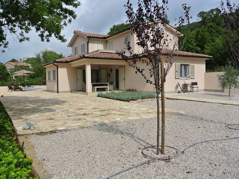 Prachtige nieuwe villa met zwembad, veel privacy, luxe en rust, voor 6 personen, location de vacances à Trget