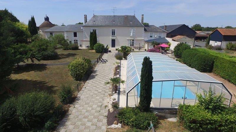 Dans grand domaine avec piscine : appartement de 1 chambre pour 4 personnes, location de vacances à Scorbé-Clairvaux