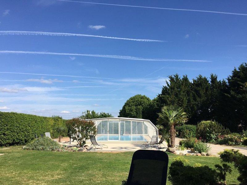 Appartement avec terrasse dans grand domaine avec piscine, location de vacances à Scorbé-Clairvaux