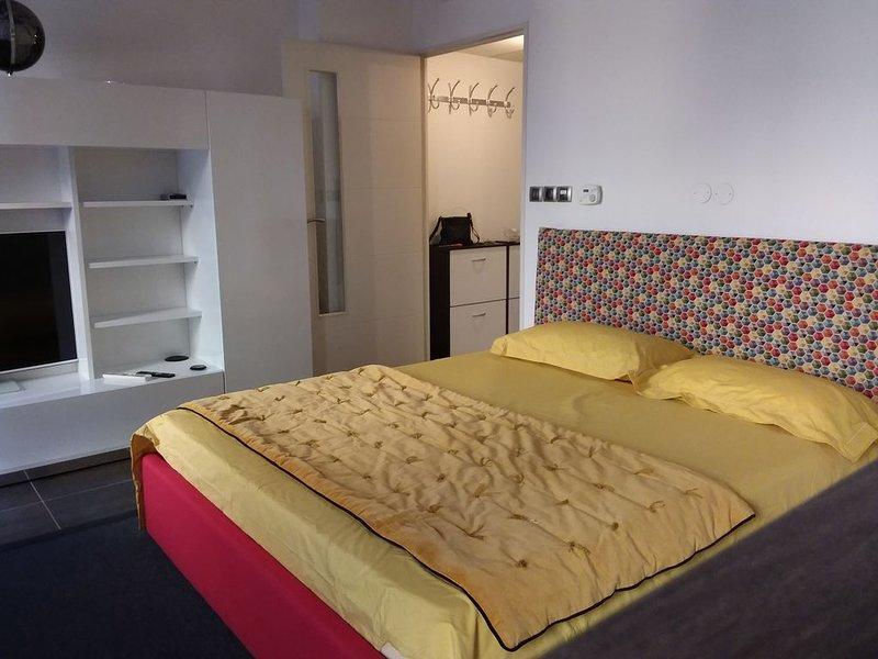 Aix 30 m2 accès handicapé facile face Opéra CV  pratique Commerces Pkg poss., vacation rental in Aix-en-Provence