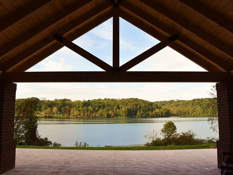 Luxury Lake Front Villa in the Hocking Hills, vacation rental in Sugar Grove