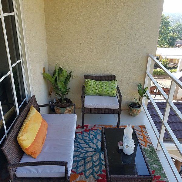 Spacious, modern 1 BR condo with knock out views!, alquiler vacacional en Stony Hill