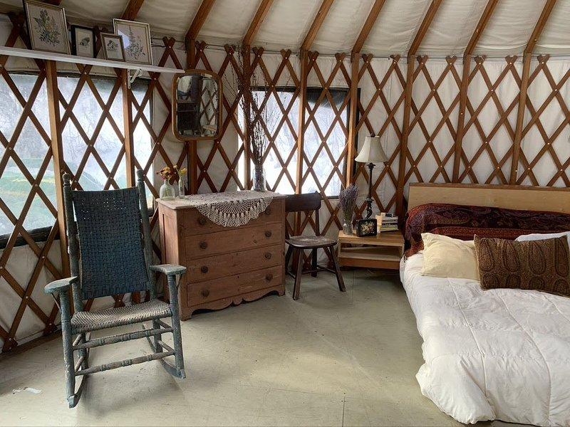 Cozy Mountain Yurt on Organic Farm, alquiler de vacaciones en Hinesburg