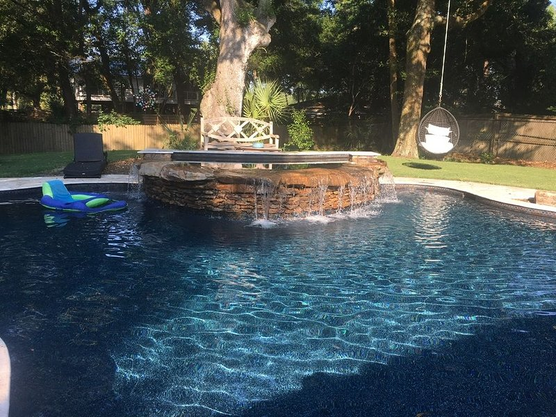 Resort style pool,  nicely updated home and  conveniently located, aluguéis de temporada em Isle of Palms