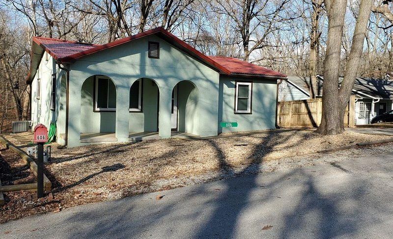 The Mint Cottage - A quiet getaway with access to trails and downtown., vacation rental in Bentonville