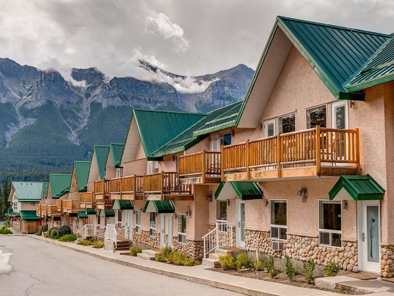 Amazing Mountain View Townhouse,2BR/1.5Bath,Pool,HotTub, vacation rental in Banff National Park