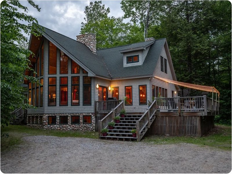 Ski House: Walk to Trails! Hot Tub, Game Room, Ultimate Kitchen, vacation rental in Newry