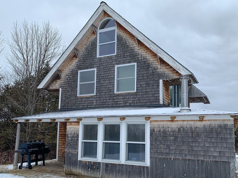 Dog-friendly island home w/Hibbard Bay views, jetted tub, and wood fireplace!, holiday rental in South Hero
