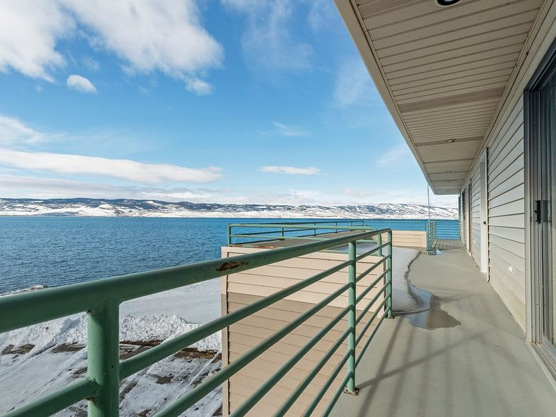 Waterfront home w/full kitchen & a large deck with beautiful Bear Lake Views!, holiday rental in Laketown
