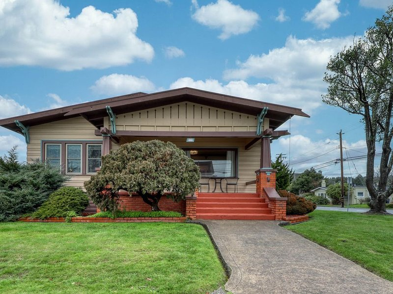 Classic Craftsman in downtown Arcata by HSU w/ private hot tub & gas fireplace!, vacation rental in Arcata