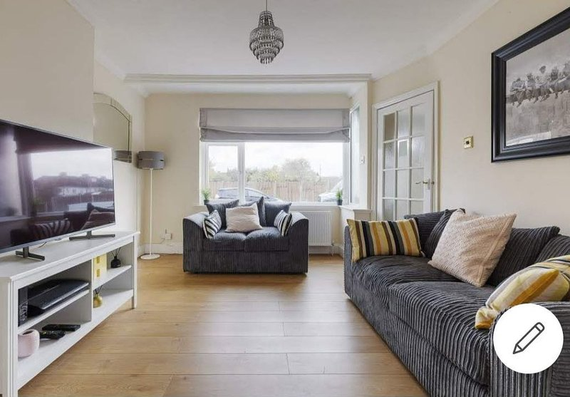 Modern 4 bed house in Heathrow, London, alquiler vacacional en Colnbrook