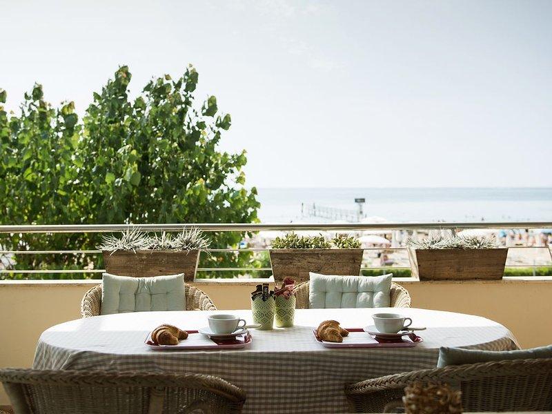 Jesolo, fronte mare-Appartamento esclusivo con giardino  per coppie e famiglie., casa vacanza a Lido di Jesolo