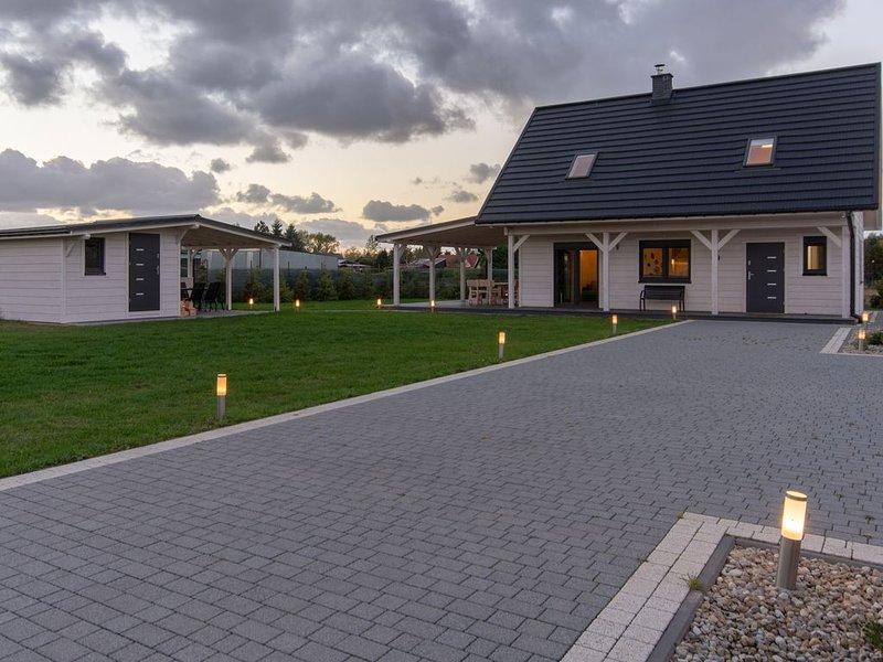 Modernes Haus CORNELLO mit Garten neben Lagune, holiday rental in Niechorze
