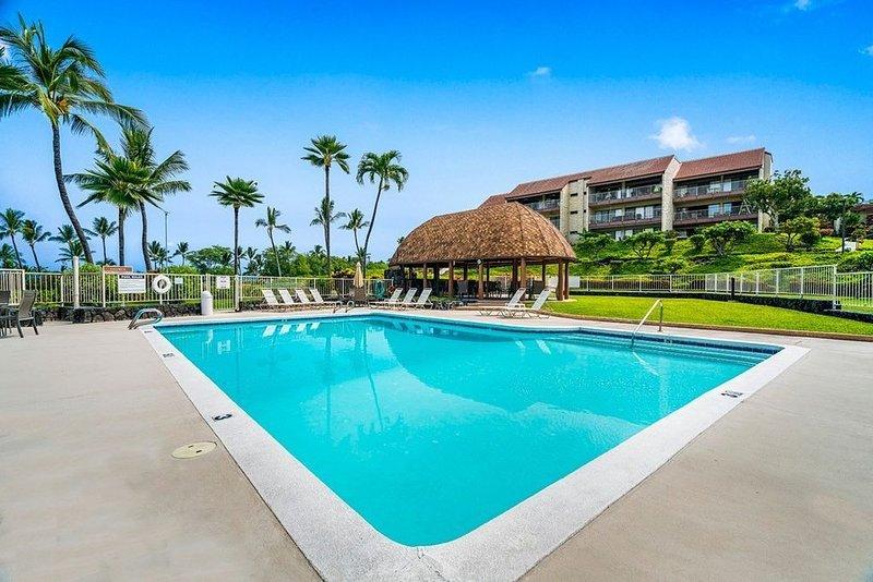 KONA LG 3/3 Condo, Ocean/Golf View, HUGE Lanai w BBQ, Pool, Quiet, Sleeps 6, vacation rental in Kealakekua