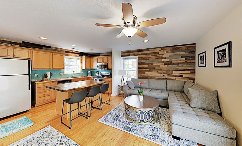 New Listing! 5 min to DT Asheville! Hip, Chic, CLEAN!, holiday rental in Woodfin