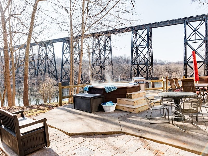 Multi-family, Riverfront,  Boat Ramp WOW!!, location de vacances à Madison Heights
