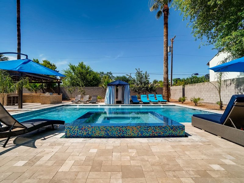 Luxury Estate Escape with Heated Pool 9BD/7BA Sleeps 16!, alquiler de vacaciones en Phoenix