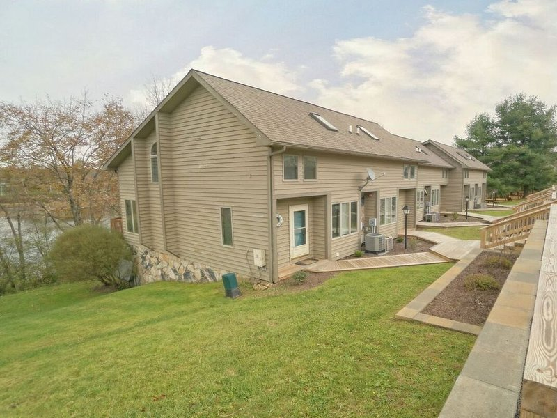DOGS WELCOME! Lakefront Townhouse #41 w/Hot Tub & Electric Grill!, holiday rental in McHenry