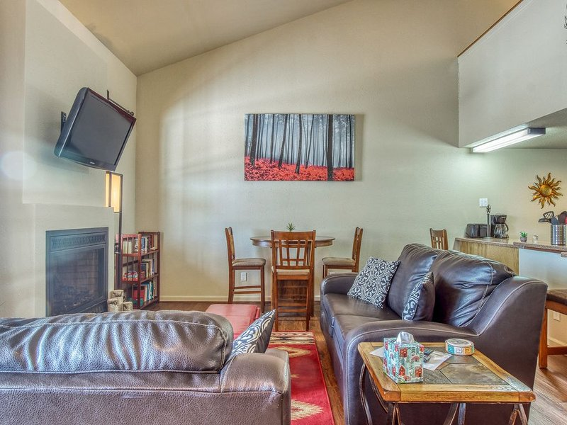 Quaint and newly-remodeled mountain condo w/fireplace & grill - Walk to town!, alquiler de vacaciones en Pagosa Springs