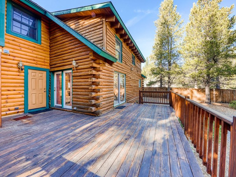 New listing! Mountain log cabin w/ enclosed yard - close to skiing, hiking, golf, alquiler de vacaciones en Fallen Leaf