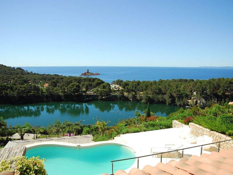 Magnifique vue pour cette villa haut de gamme avec piscine, holiday rental in Le Dramont