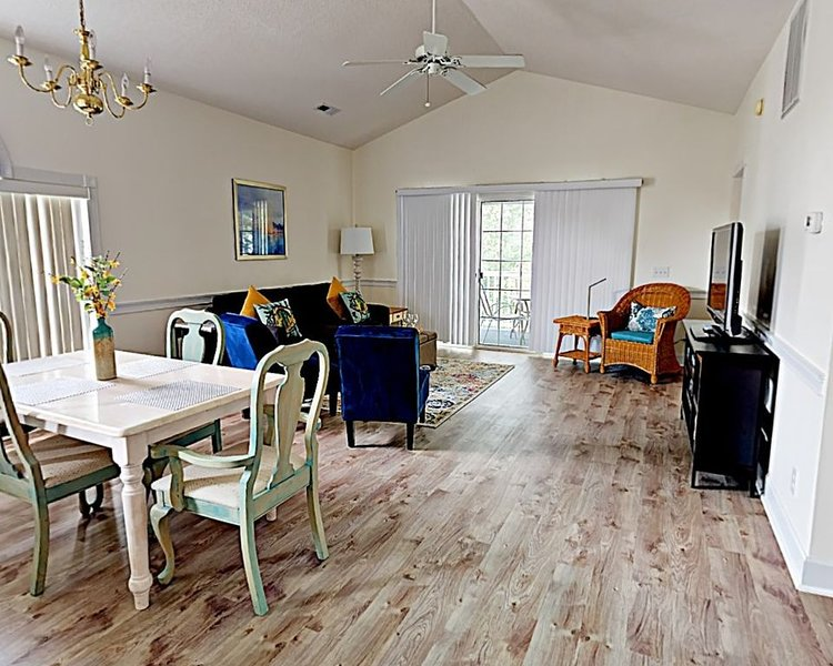 Renovated 2 bedroom Golf Condo, POOL ARE OPEN, Close to MYR, holiday rental in Socastee