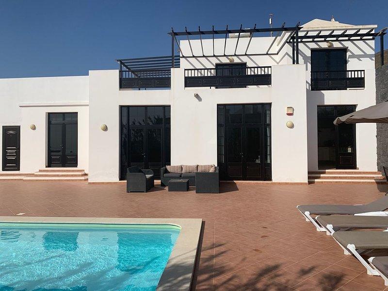 Luxury villa  avec piscine chauffée privée, WIFI, vues sur la mer et les volcans, vacation rental in Tias