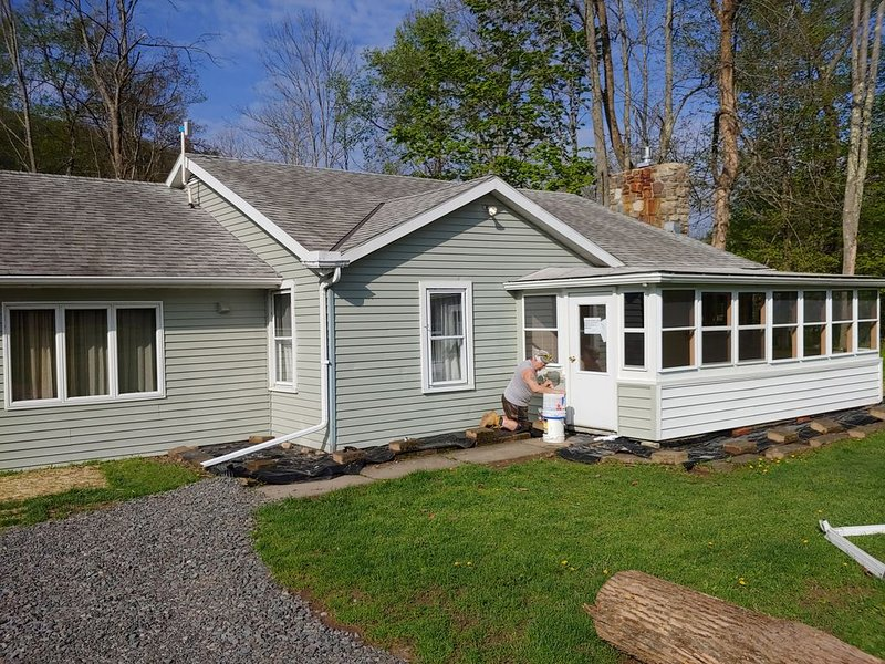3-Bedroom Cottage along Pine Creek with gas fireplace!, location de vacances à Wellsboro