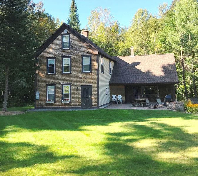 Spacious, 6 Bdrm Farmhouse, minutes to the mountains, walk to town, vacation rental in Whitefield
