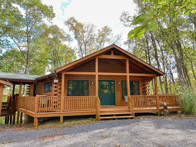 Lake Area Home w/Hot Tub, Pool Table, & Fire Pit!, alquiler vacacional en Deer Park