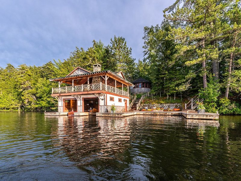 Gilded Age Waterfront Camp, holiday rental in Tupper Lake