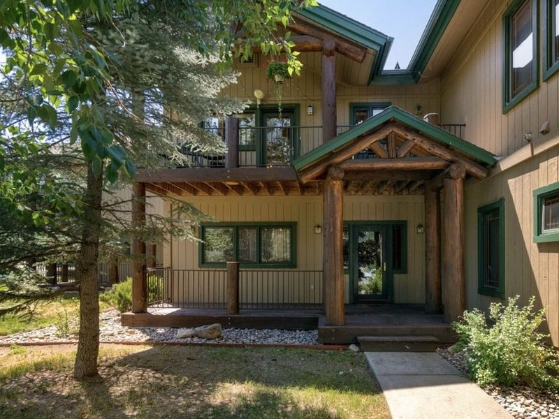 New Listing! Beautifully decorated Townhome 1 mile from resort on free bus route, location de vacances à Oak Creek
