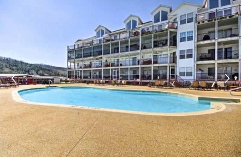 4BR/3BA Lakefront Penthouse, Clearwater Condominiums Sleeps 8, location de vacances à Macks Creek