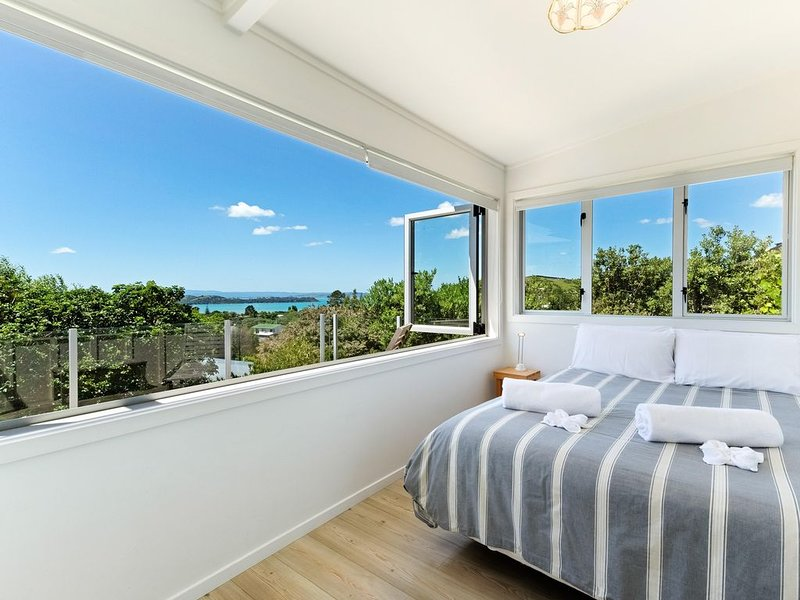 Tiri Cottage - Sun-filled Cottage in the heart of Waiheke Island, location de vacances à Oneroa