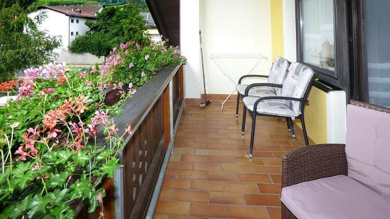 Geräumige 4 Sterne Ferienwohnung (75qm) für bis zu drei Personen mit Balkon, vacation rental in Waffenbrunn